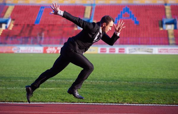 geschaeftsmann bereit zu sprinten