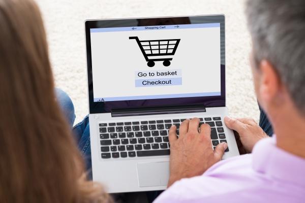 paar online shopping auf laptop