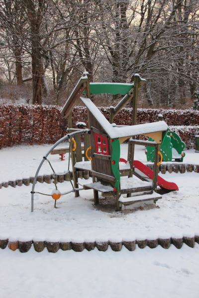 OEffentlicher kinderspielplatz im winter mit schnee