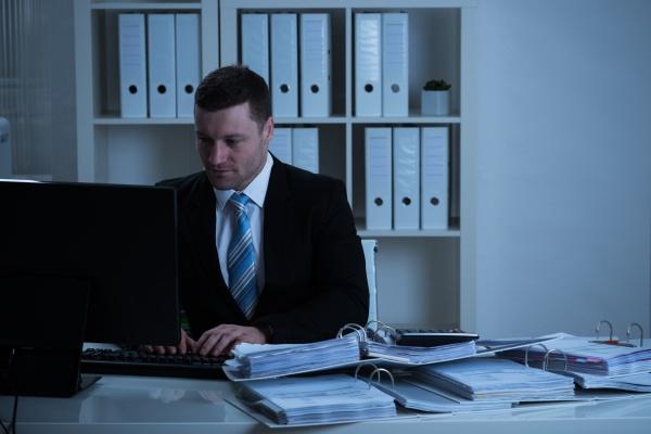 geschaeftsmann mit desktop pc in office