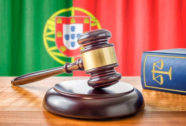richterhammer und gesetzbuch portugal