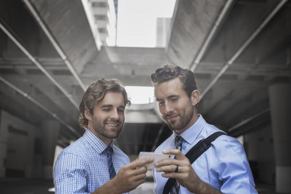 zwei maenner in hemden und krawatten