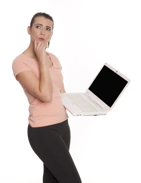 junge frau am laptop schaut nachdenklich