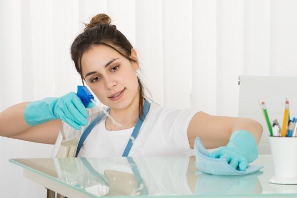 weiblicher janitor reinigungstisch mit rag