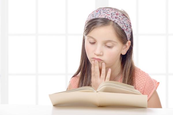 pre teenager maedchen liest ein buch