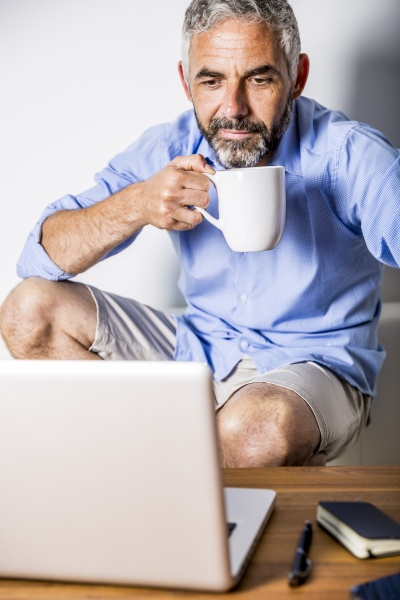 potrait von geschaeftsmann mit einer kaffeepause