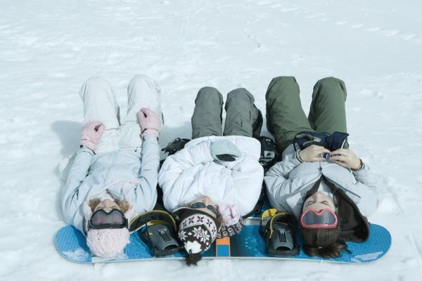 drei schwestern die auf schnee mit