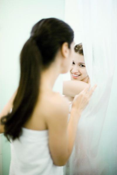 frau die am freund hinter duschvorhang