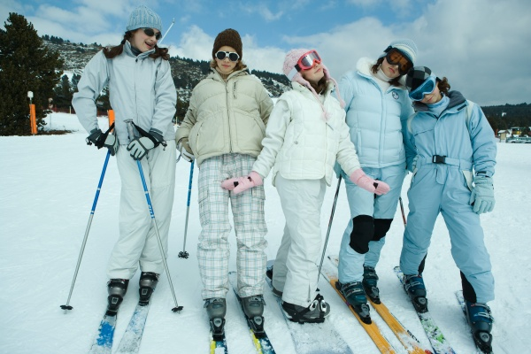 gruppe von jungen skifahrer in voller