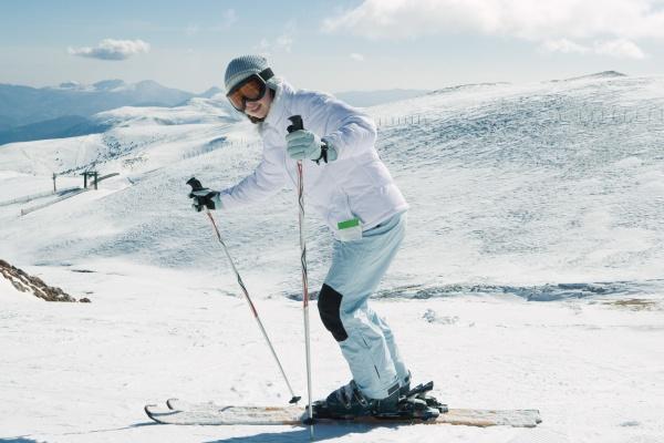 junge skifahrer laecheln in die kamera