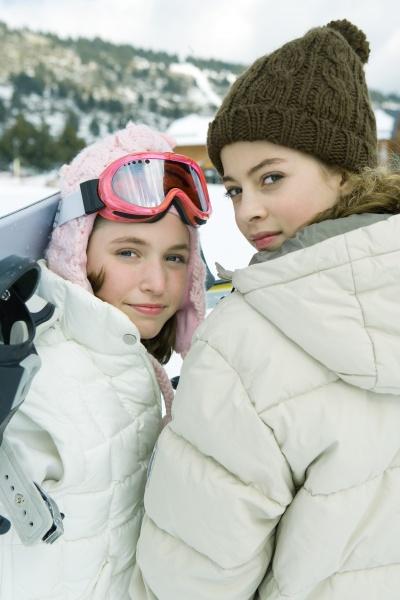zwei teenager maedchen auf der suche