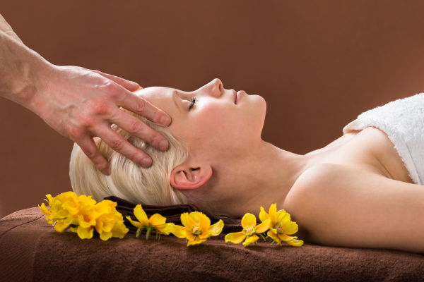 junge frau am spa erhalten massage