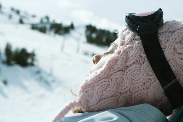 teen maedchen in verschneiter landschaft augen