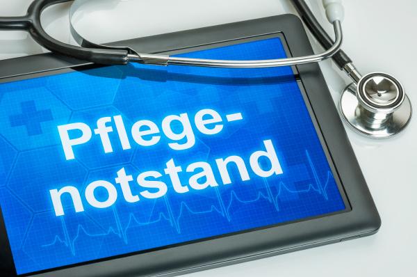 tablet mit dem wort pflegenotstand auf