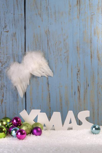weihnachtsdekoration mit kugeln engelsfluegeln und kunstschnee