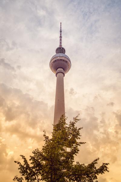 deutschland berlin blick zum fernsehturm am