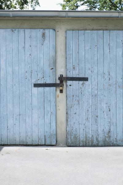 deutschland duesseldorf zwei alte gesperrt garagentore