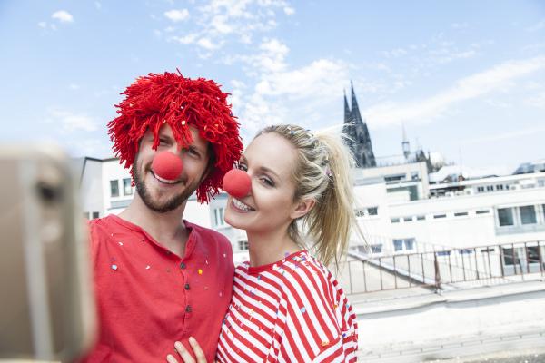 deutschland koeln junges paar feiert karneval