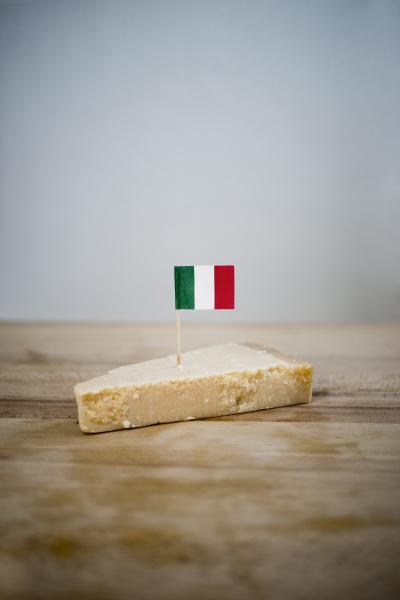 parmesan mit kleiner italienischer flagge auf