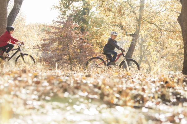 jungen und maedchen fahrrad fahren in