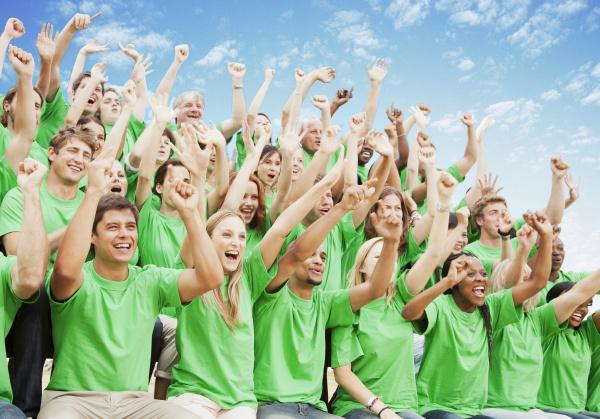 menschenmenge im gruenen t shirts jubeln