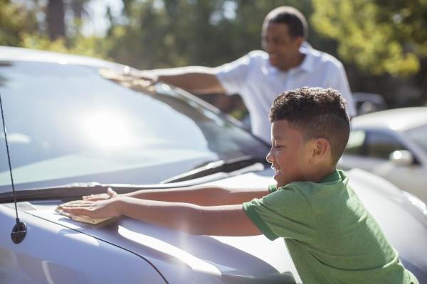 grossvater und enkel abwischen auto