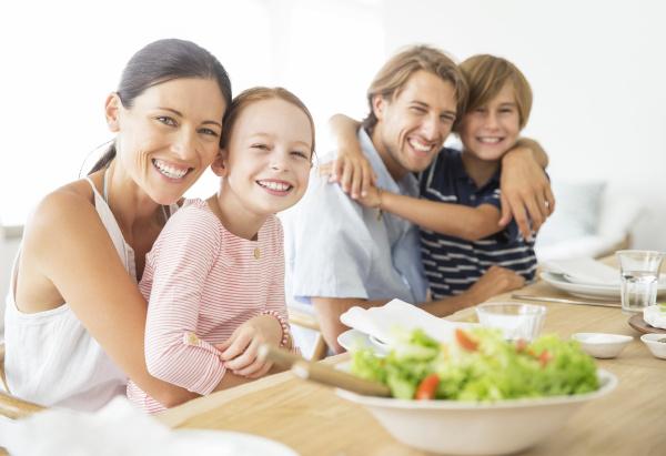 familie sitzt zusammen am tisch
