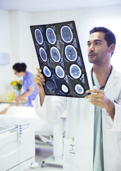 arzt mediziner medikus konzentration vorderansicht krankenhaus