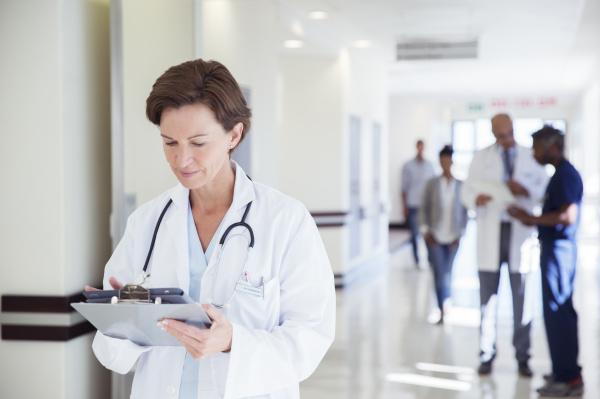 arzt mediziner medikus flur braun braeunlich