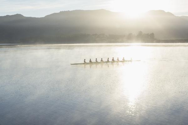 rudern team ruderboot auf dem see