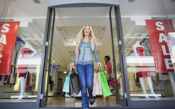 niedrige winkelsicht der frau mit einkaufstaschen