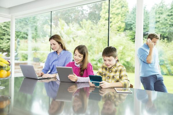 familie mit technologie in der kueche