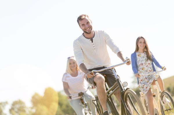 laechelnde junge mann fahrrad fahren mit