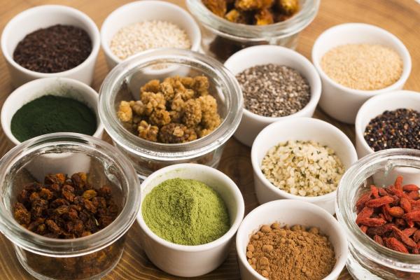 schalen mit verschiedenen supernahrungs
