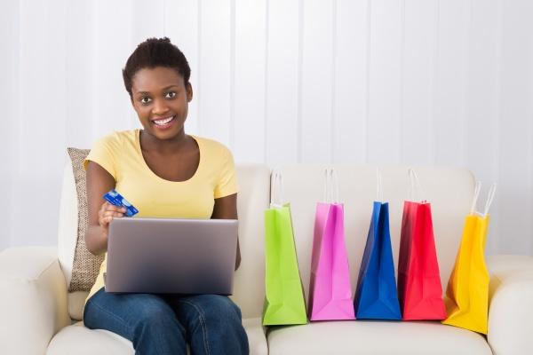 glueckliche frau einkaufen online mit laptop