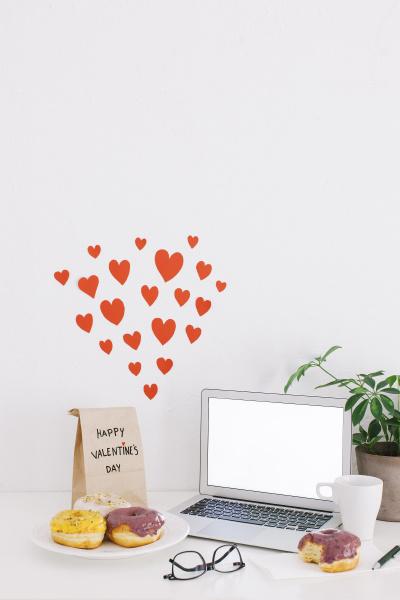 stillleben mit laptop donuts valentinstag geschenk