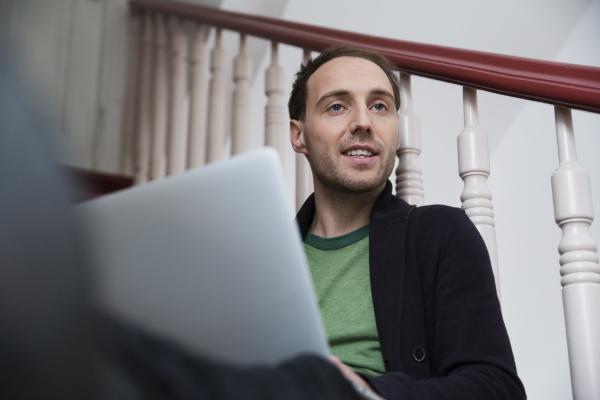treppe treppen laptop notebook computer arbeitsstelle