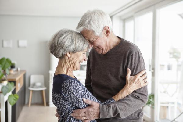 portraet gluecklicher seniorenpaare zu hause