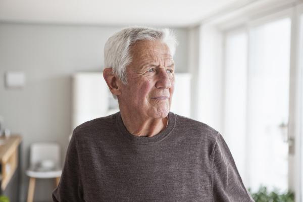 portraet des nachdenklichen seniorenmannes zu hause