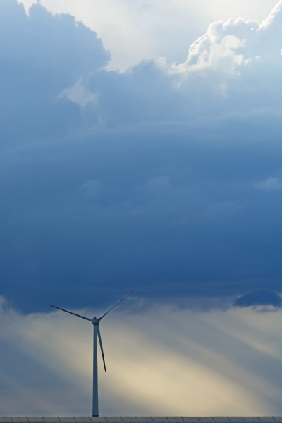 deutschland bayern windrad und gewitterwolken