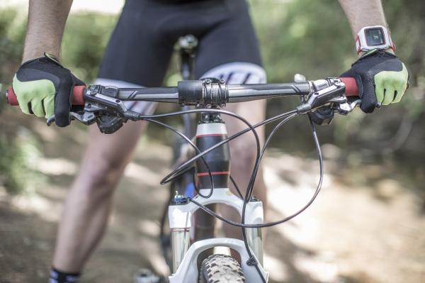 close up des menschen auf mountainbike