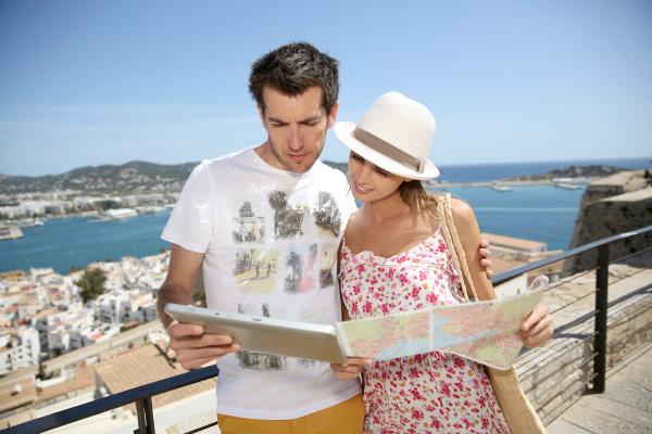 paar touristen karte an der spitze