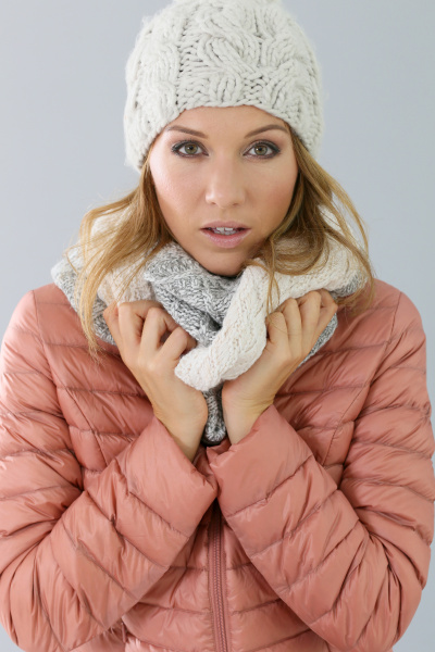 frau modell mit winter outfit isoliert