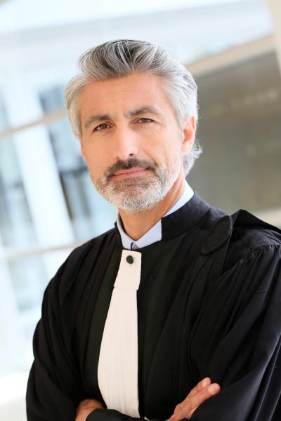 portraet von anwalt im gerichtsgebaeude korridor
