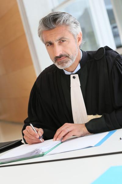 reifer anwalt arbeitet am urteilsbericht