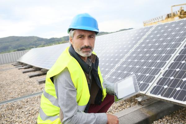aeltere ingenieur auf dem dach bauen