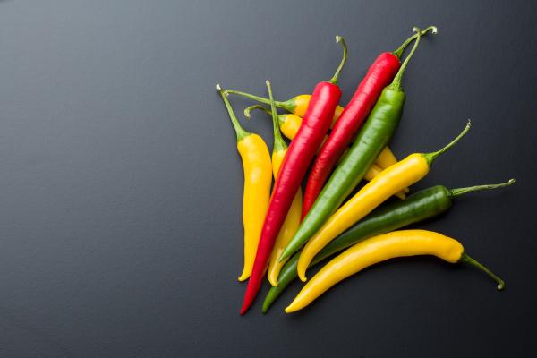 verschiedene farben chilischoten