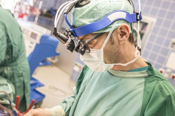 arzt mediziner medikus arbeitsstelle brille augenglaeser