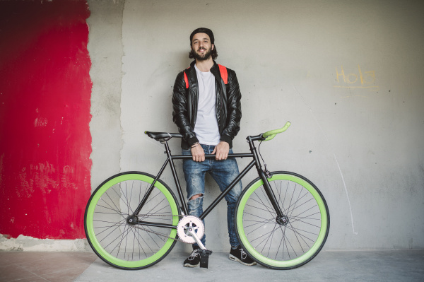 junger mann mit dem fahrrad fixie