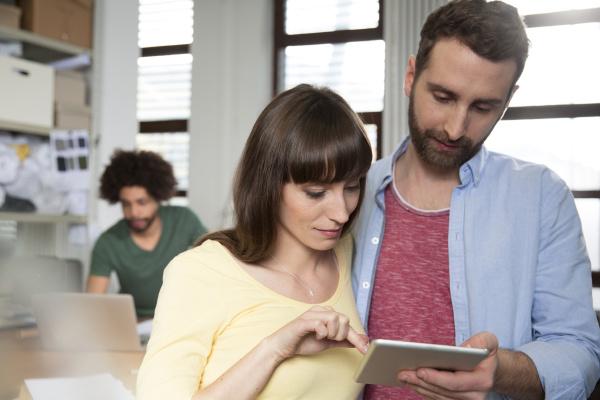 zwei kreativprofis teilen sich digitale tablets